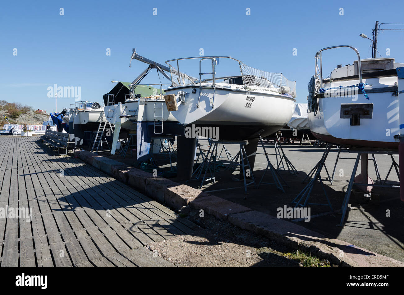 segelbåtar på fel sida bryggan i väntan på sitt rätta elemen - Stock Image