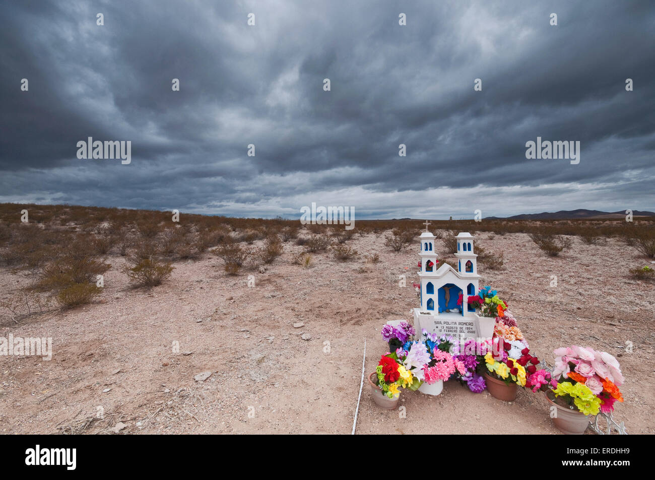 Roadside shrine at car accident site in Yucca Plains, Chihuahuan Desert, near Columbus, New Mexico, USA - Stock Image