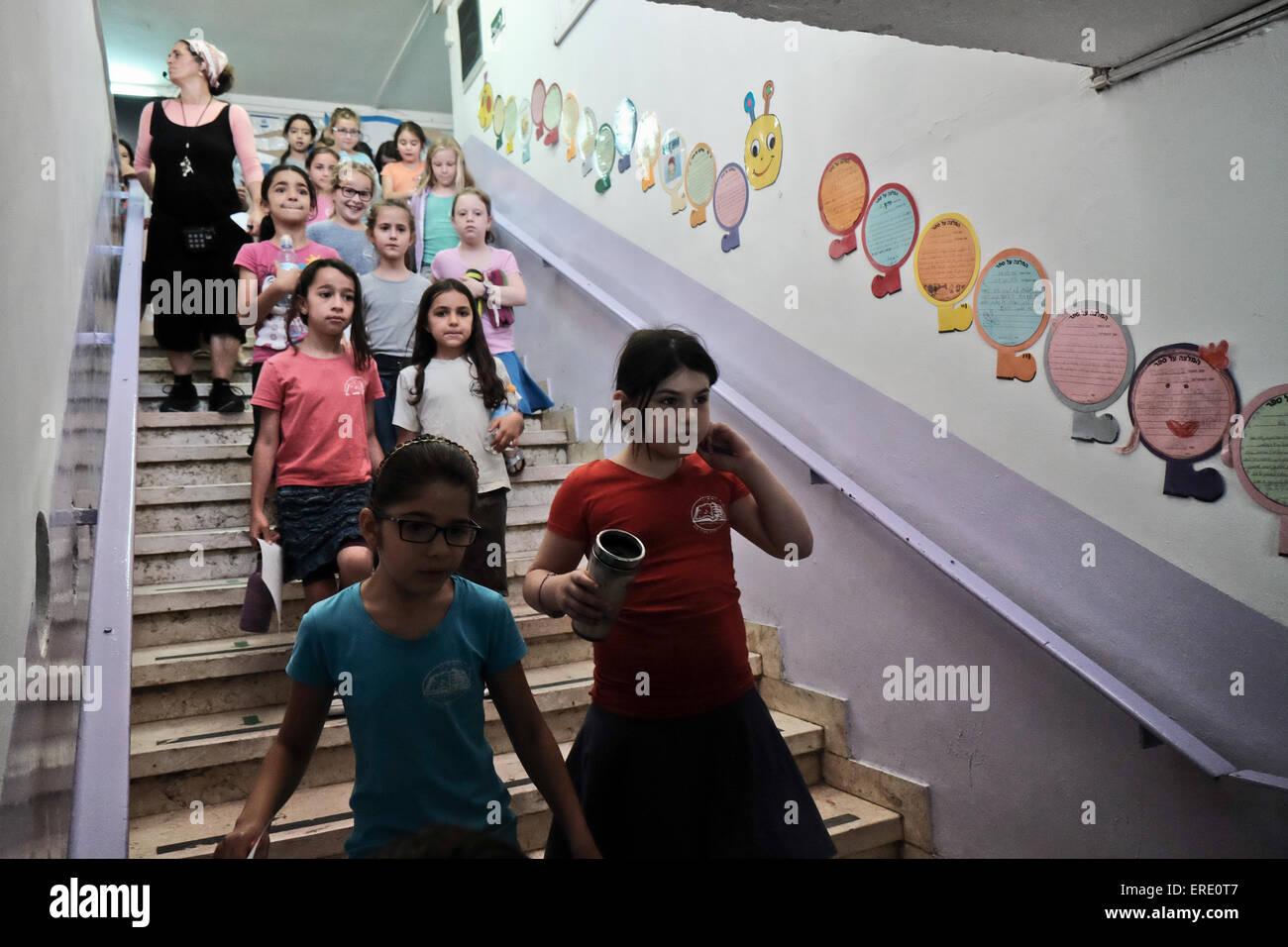 Jerusalem, Israel. 2nd June, 2015. Students of the Evelina De Rothchild Elementary School hurry to underground shelters - Stock Image