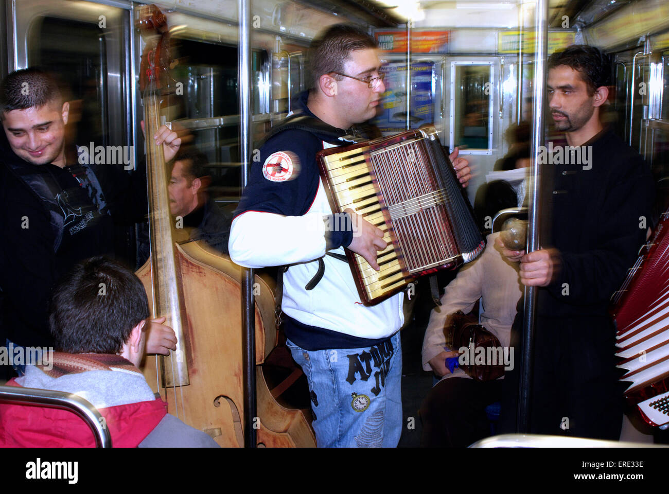 Group of busking musicians playing in a tube train in the Paris underground - Stock Image