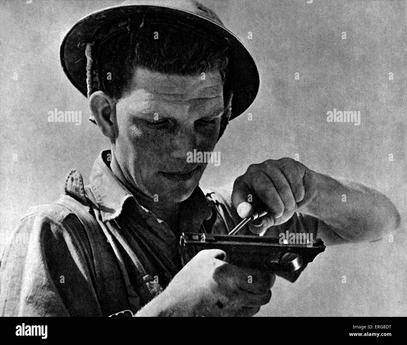 The Eighth Army - WWII.  Soldier from the Eighth Army cleaning his gun during the lull at Gazala, January 1942. - Stock Image