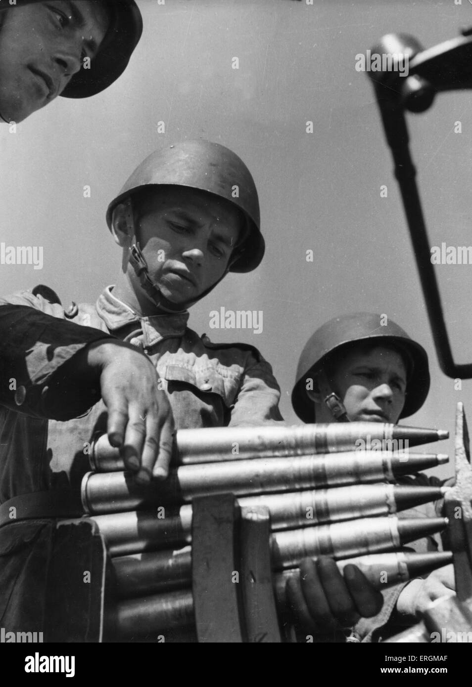 Russian soldiers loading ammunition during  the Second World War, c.1944. - Stock Image