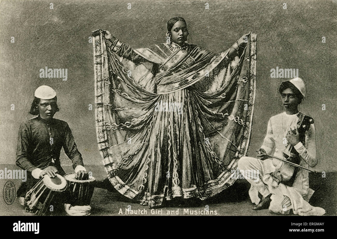A Nautch dancer and musicians. Photograph from early 20th century. 'Nautch' is an anglicised version of - Stock Image