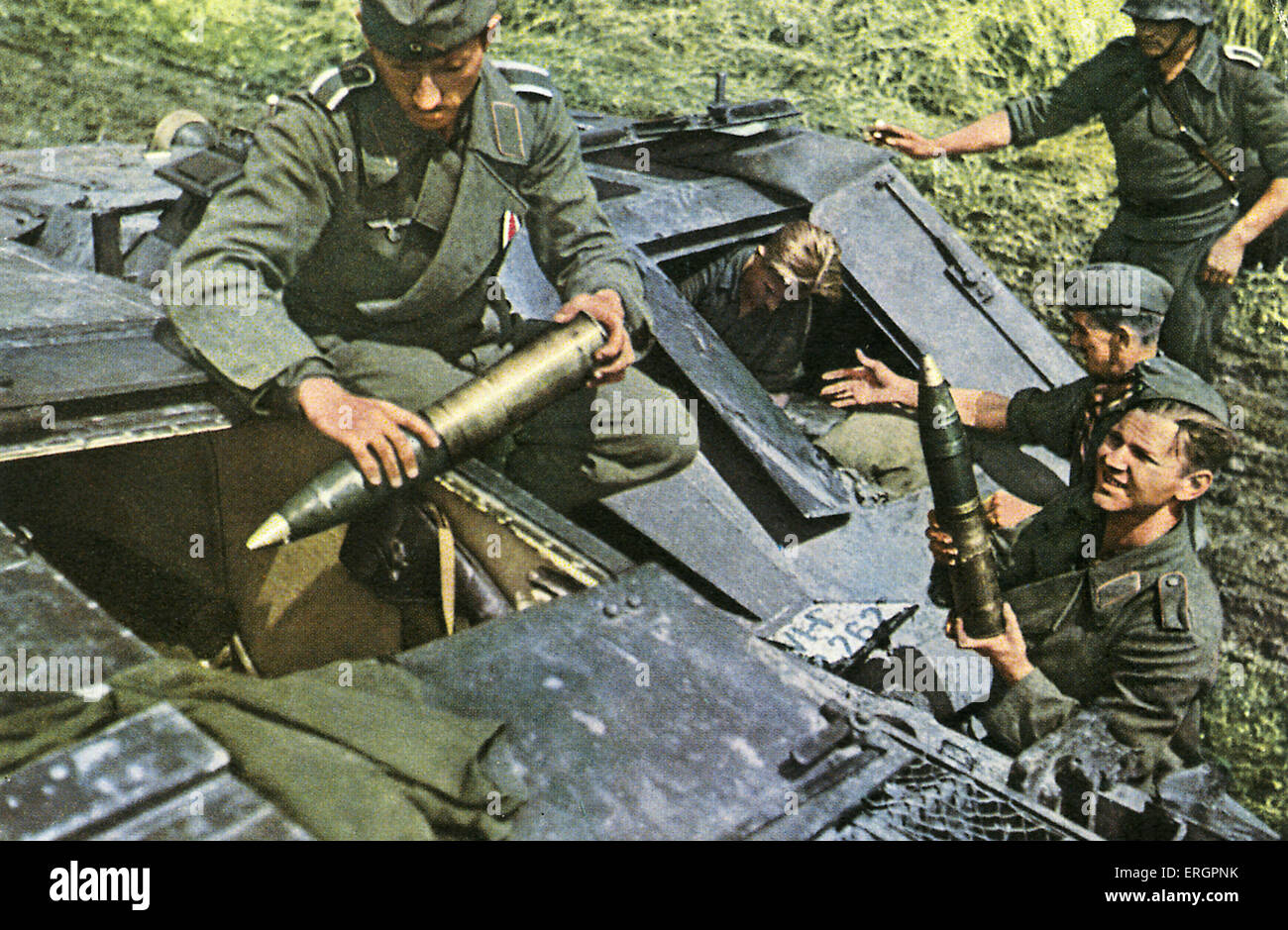 WW2 - Eastern Front. Soldiers load an assault cannon with ammunition. - Stock Image
