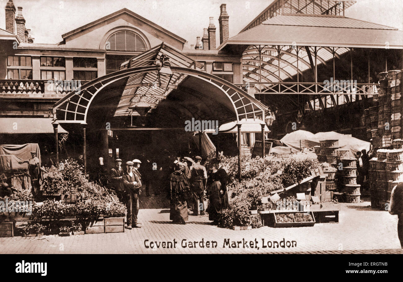 London -  Covent Garden flower market.  Porters and flower sellers standing around boxes of flowers. In early 1900s - Stock Image