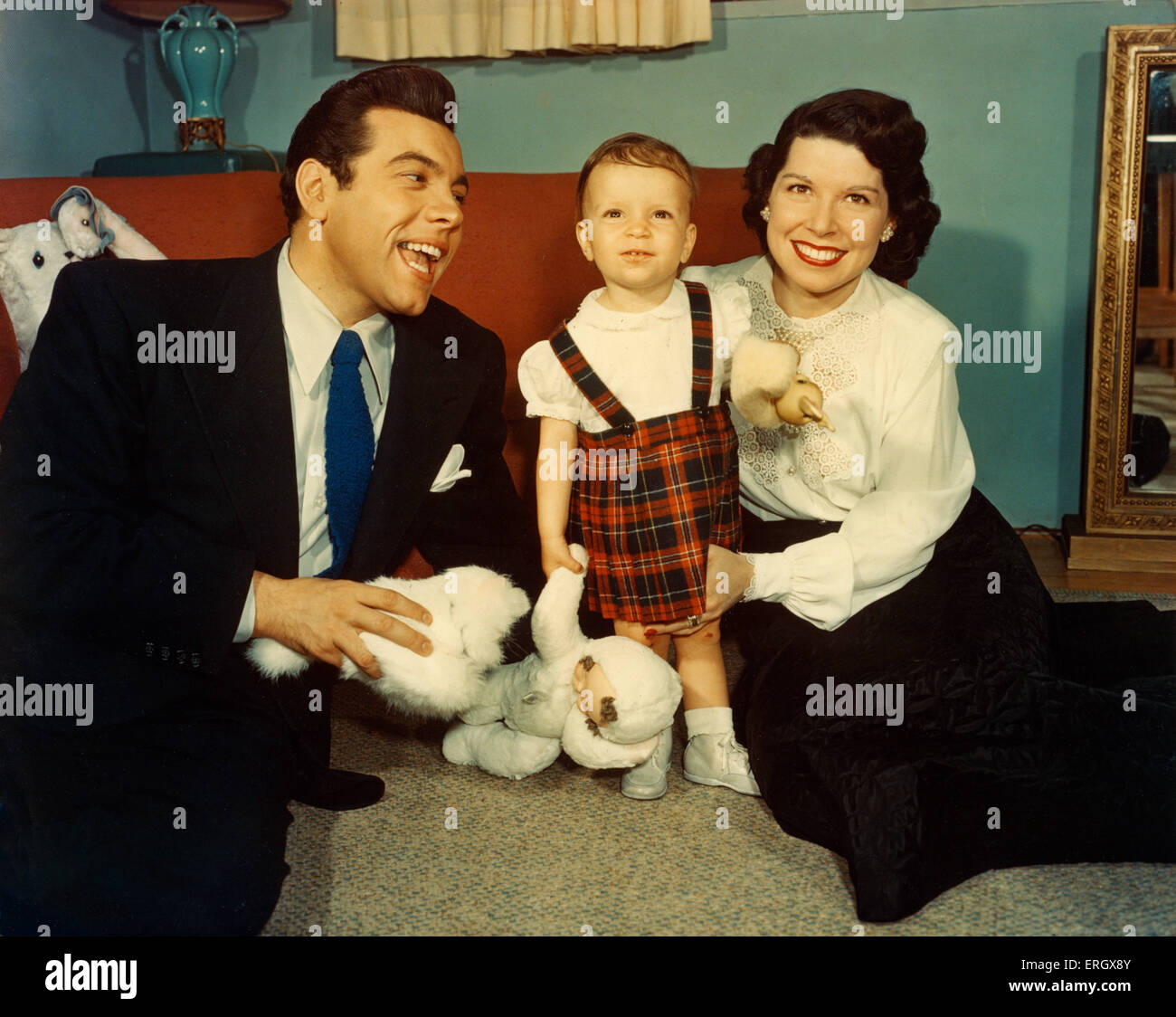 Mario Lanza with family: Publicity picture. ML: American tenor and Hollywood movie star, 31 January 1921 – 7 October - Stock Image