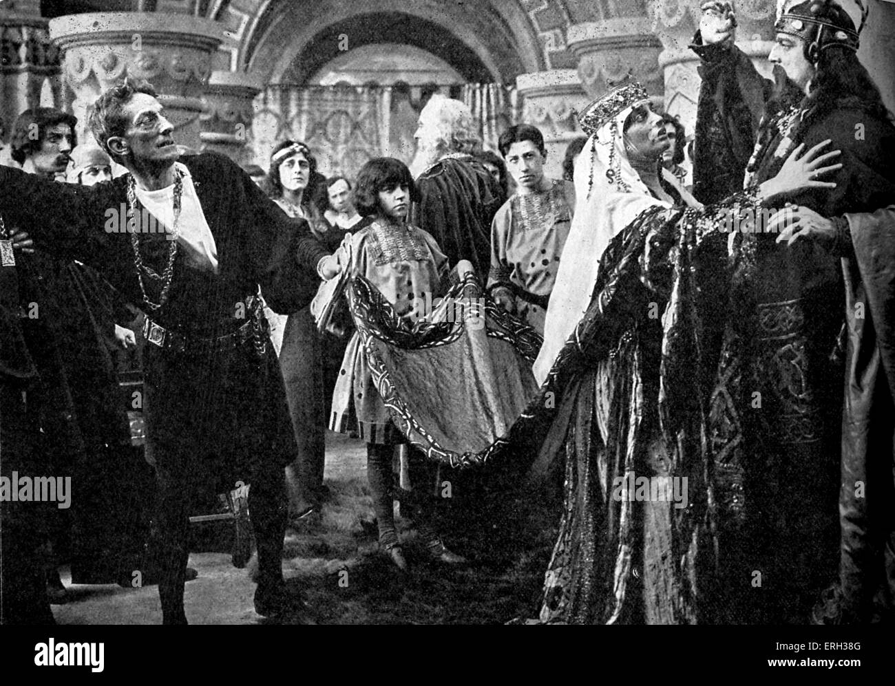 1913 film of Hamlet by William Shakespeare. Still showing Sir J. Forbes-Robertson and Miss Gertrude Elliott and - Stock Image