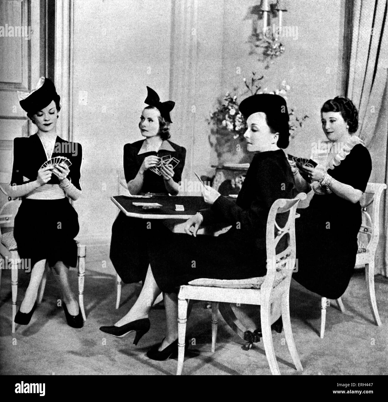 'The Women' by Clare Boothe, with Mary Alice Collins, Rita Davies, Molly Raynor and Emily Ross playing cards. - Stock Image