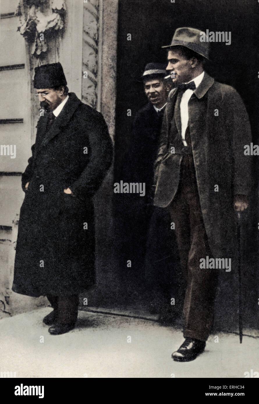 Soviet writer Vladimir Mayakovsky with education minister Anatoli Vasilevich Lunacharsky (left) - employed by Lenin - Stock Image