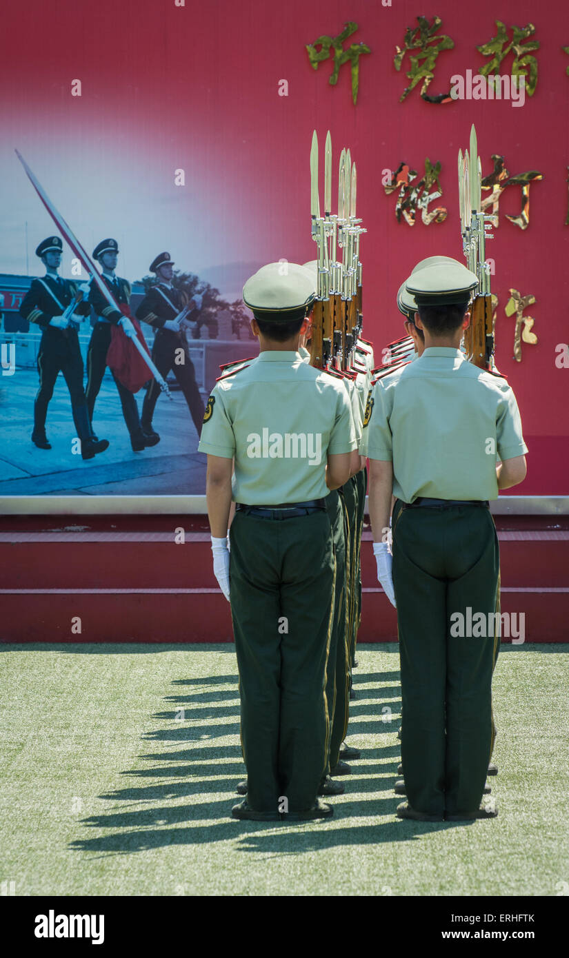 Guards standing at attention in the Forbidden City, Beijing, China - Stock Image