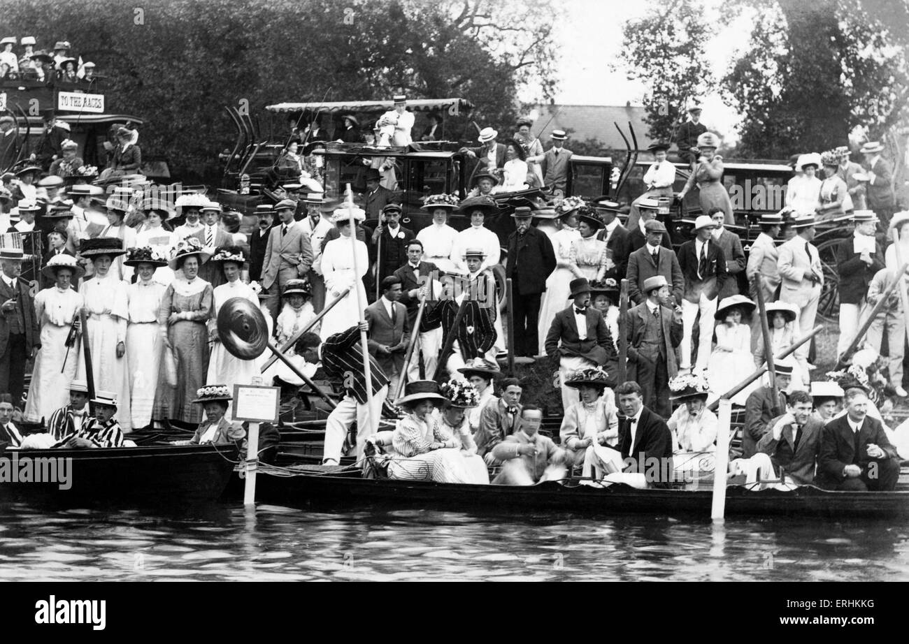 Cambridge University - May  Races, early 1900 's.  Spectators on the bank of the river Thames, most wearing - Stock Image