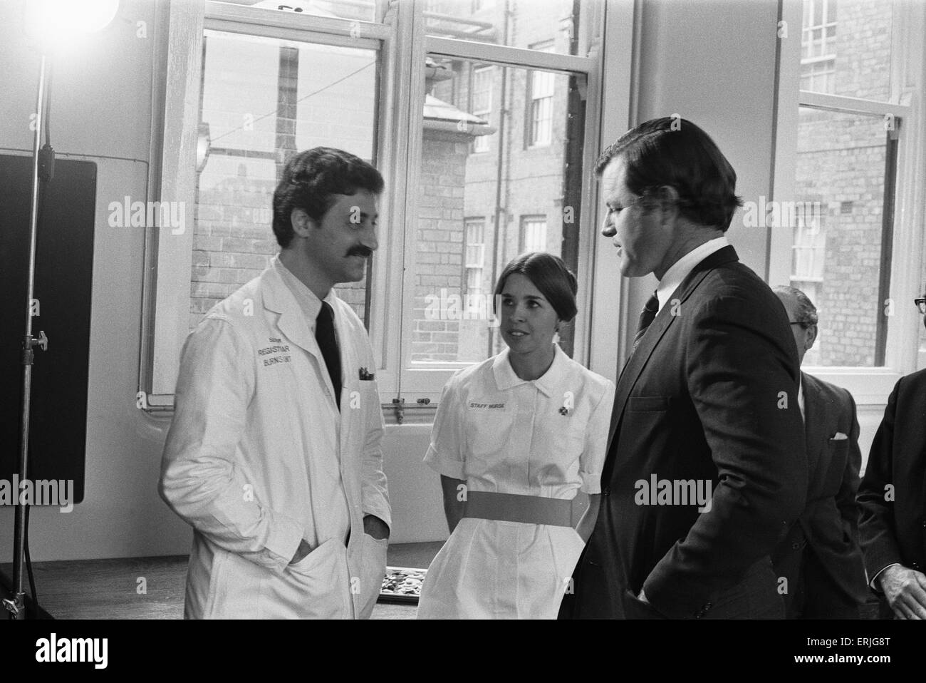 Senator Edward Kennedy seen here speaking to nurse Katherine Delk (centre) and Dr Philip Stone at the Birmingham - Stock Image