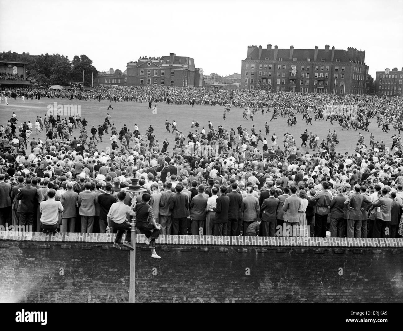 England v Australia Fifth Test match at the Oval for the Ashes. The crowds rush onto the pitch at the end as they - Stock Image