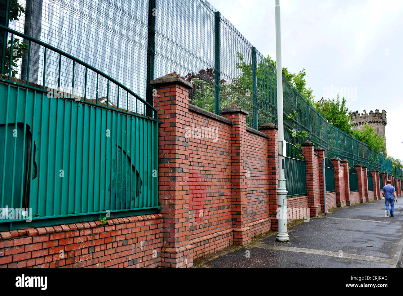 Peace wall separating the Fountain Estate and Bishop Street, Derry, Londonderry, Northern Ireland - Stock Image