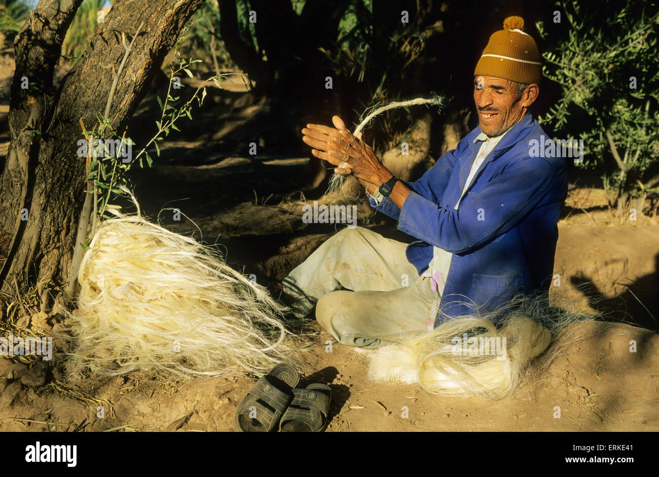 Berber making rope out of wood fibre, Skoura oasis, Dadès Valley, Morocco - Stock Image