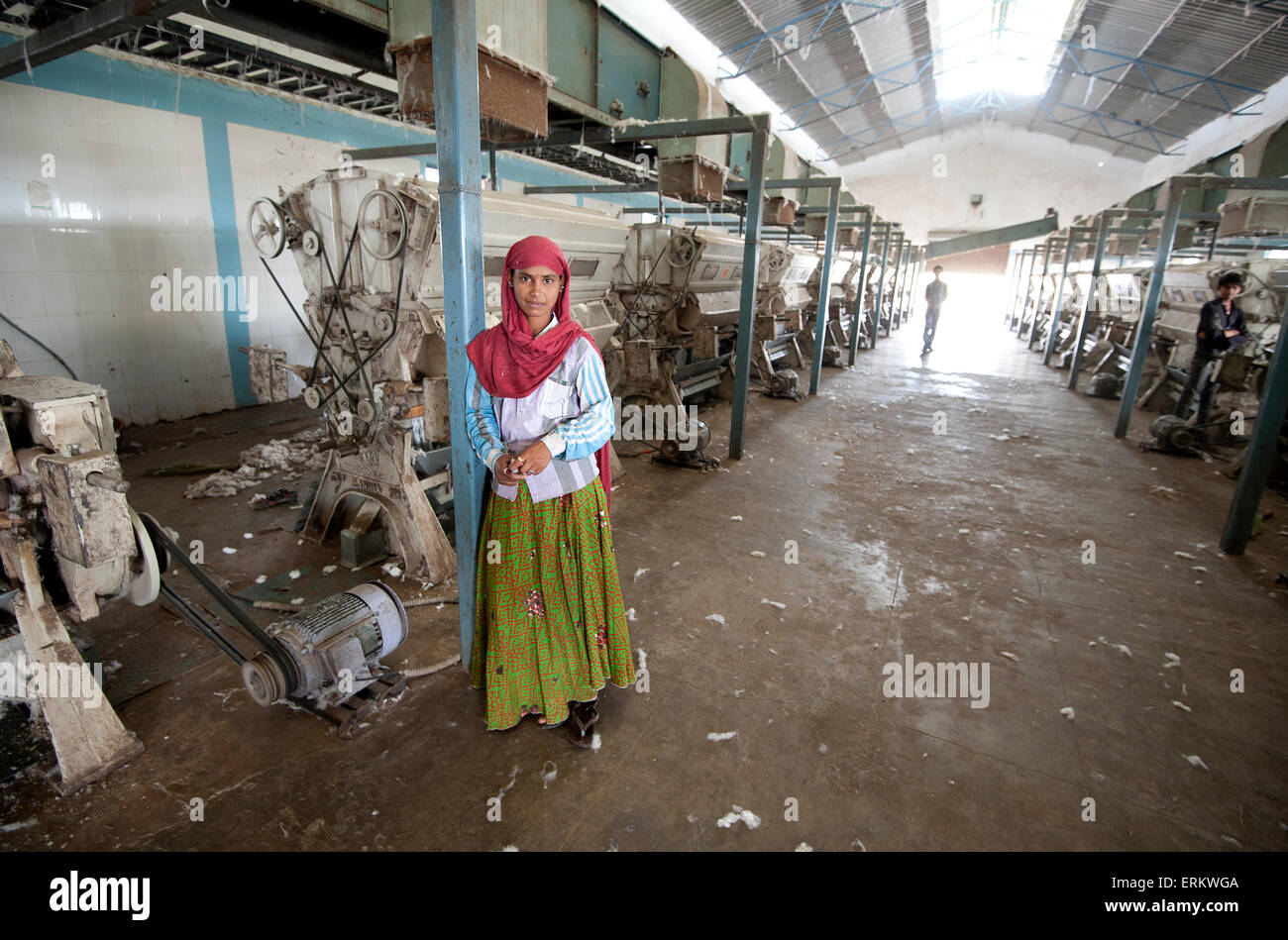 Female factory worker managing machinery in cotton processing factory, Rajkot district, Gujarat, India, Asia - Stock Image