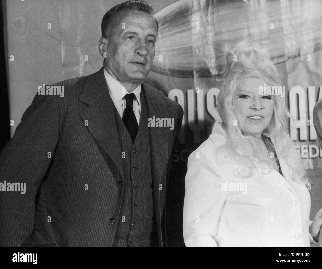 Mae West seen here during a visit to the set of the film 'Hindenberg' at the Universal Film Studios in Los - Stock Image
