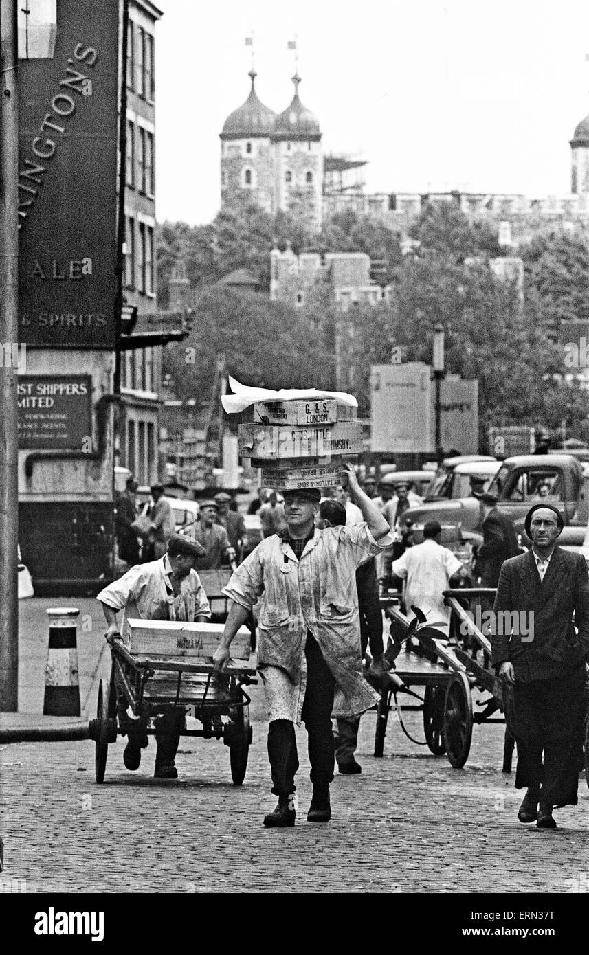 Billingsgate Market Scenes and Porters, 24th July 1964 - Stock Image