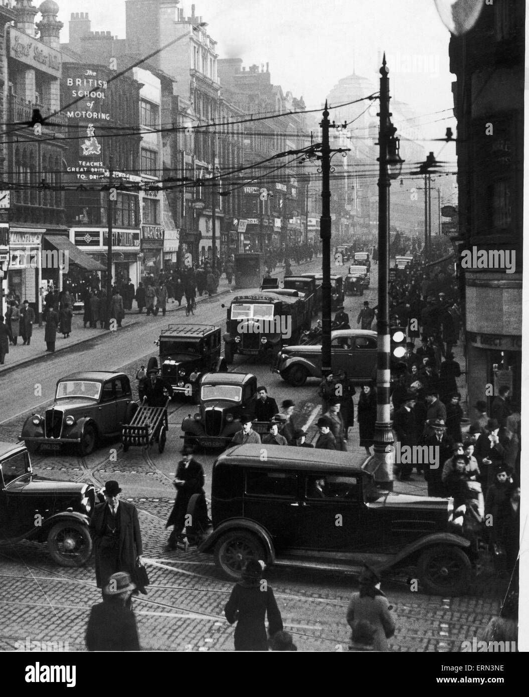 A busy Market Street, Manchester seen here in the 1930s - Stock Image