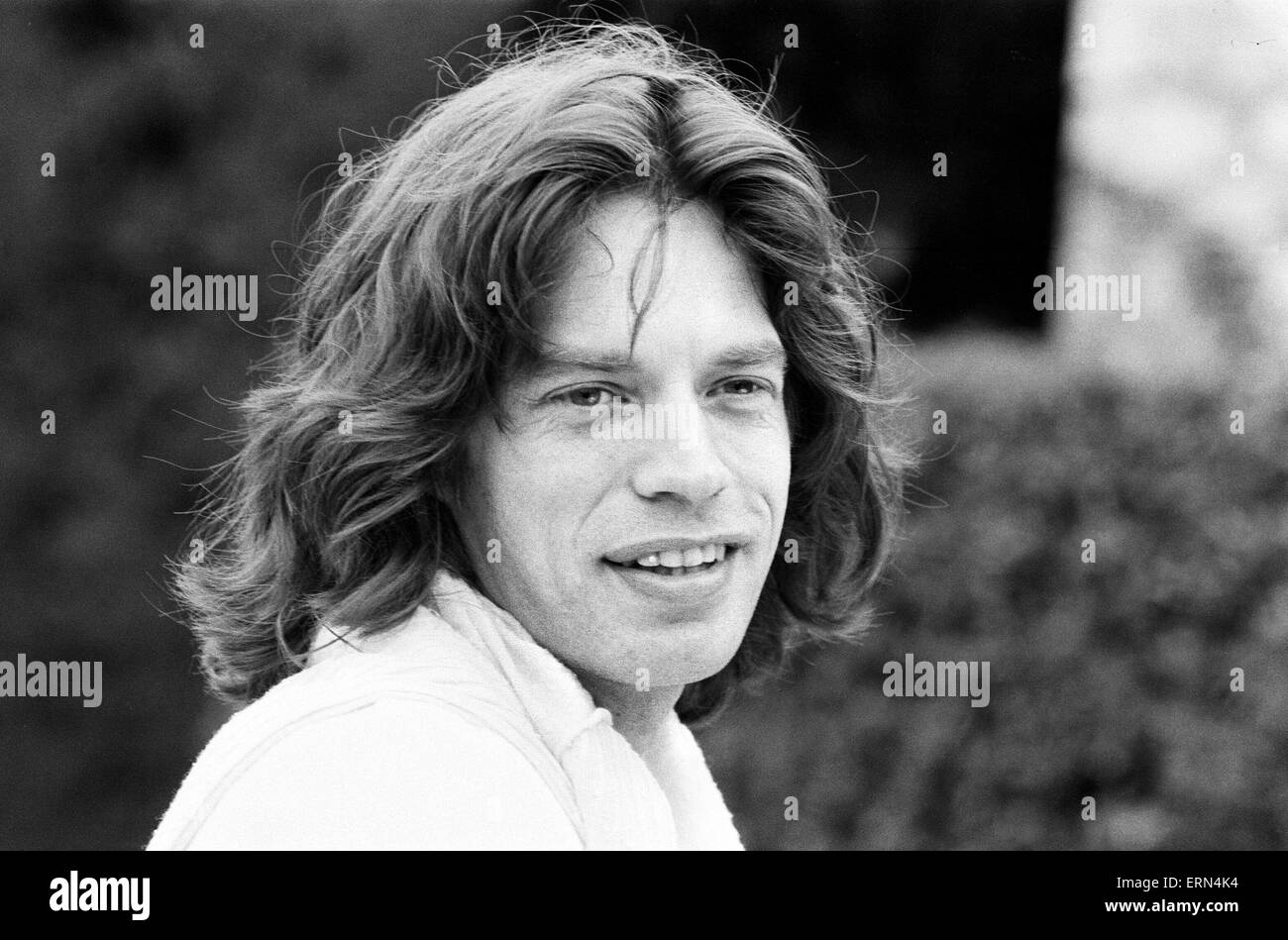 Mick Jagger takes time out to relax in the South of France by playing tennis with fellow band member Ronnie Wood - Stock Image