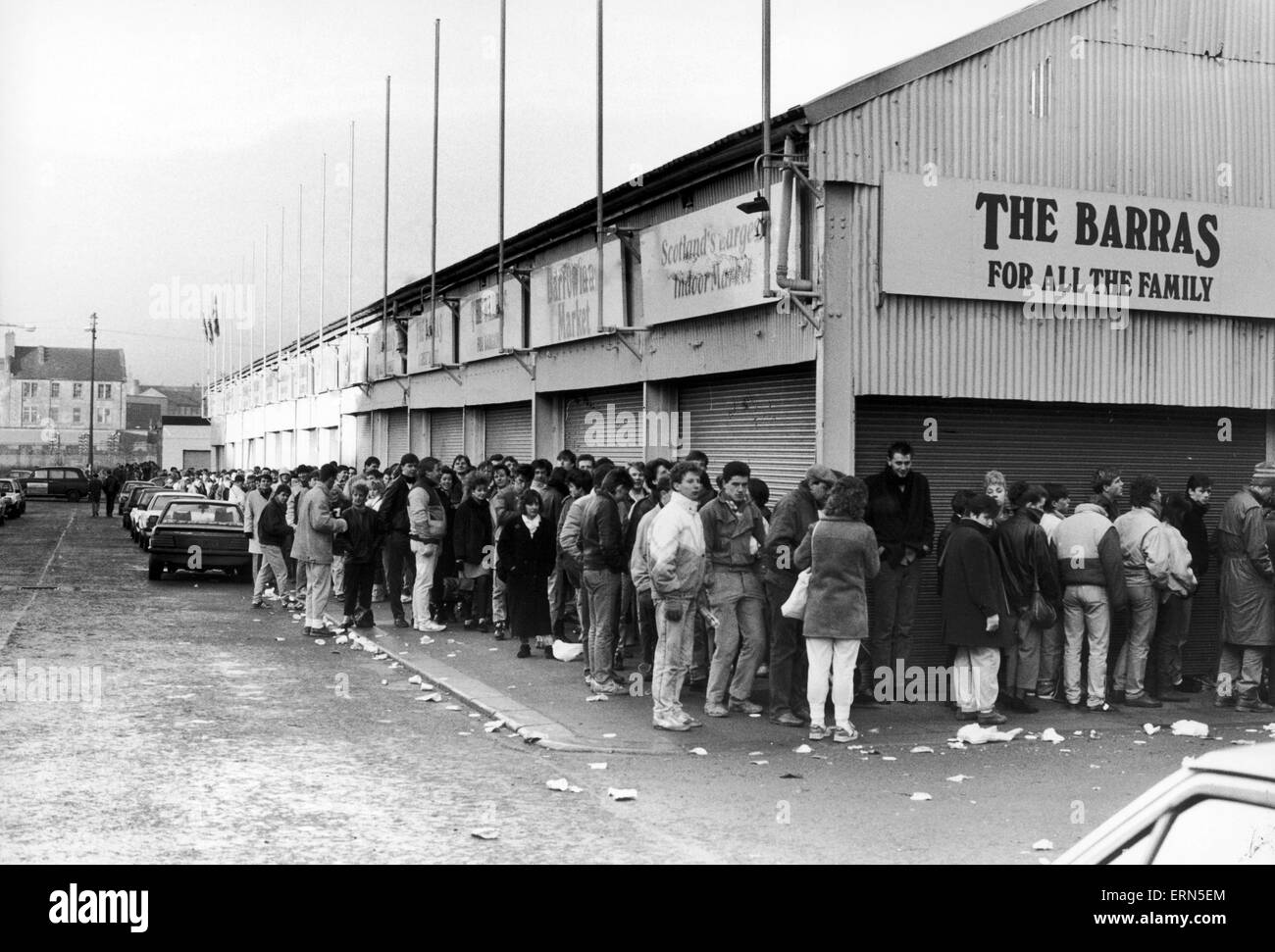 Fans queue for Simple Minds concert outside the Barrowland Ballroom, Glasgow, Scotland, November 1983. - Stock Image