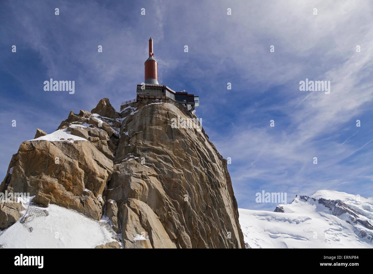 Mont Blanc peak (right) and Aiguille du Midi upper platform (left), Chamonix, Haute-Savoie, France - Stock Image