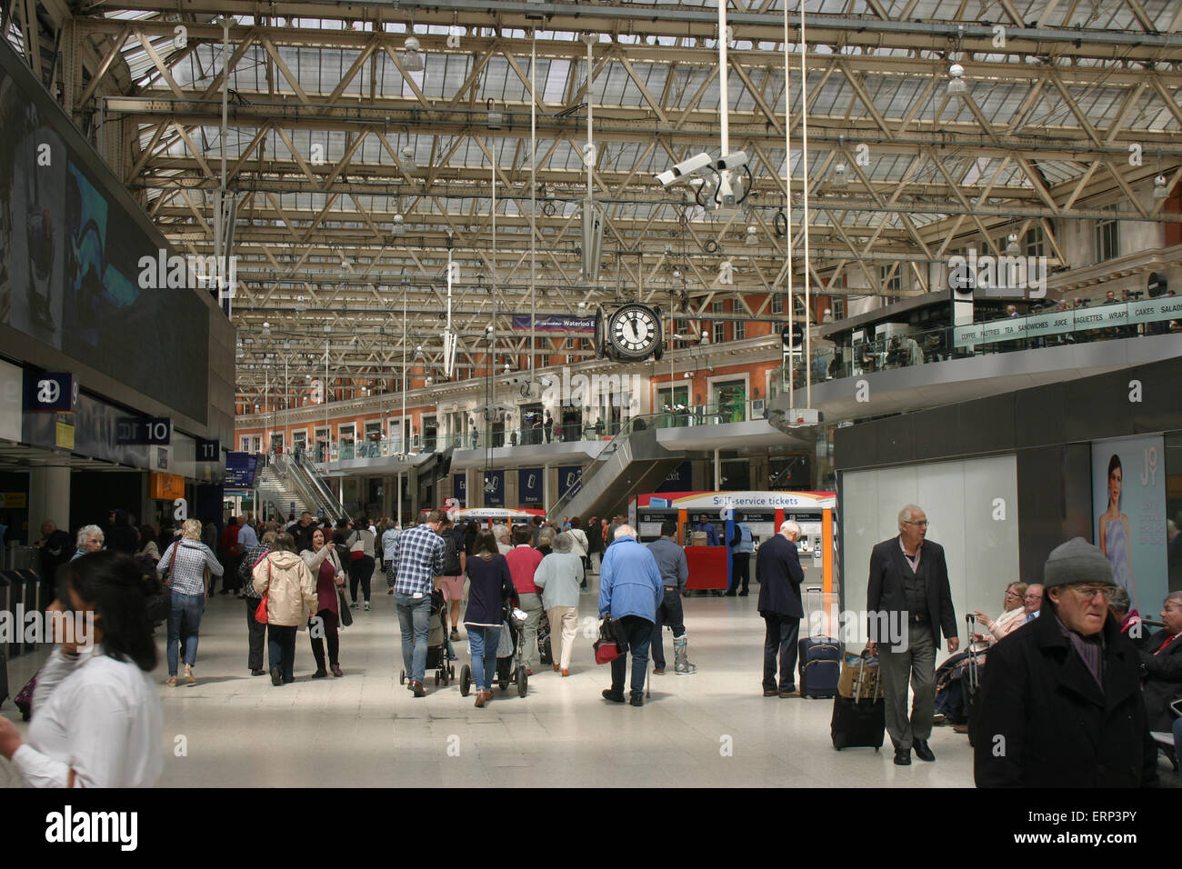 LONDON WATERLOO STATION CONCOURSE - Stock Image