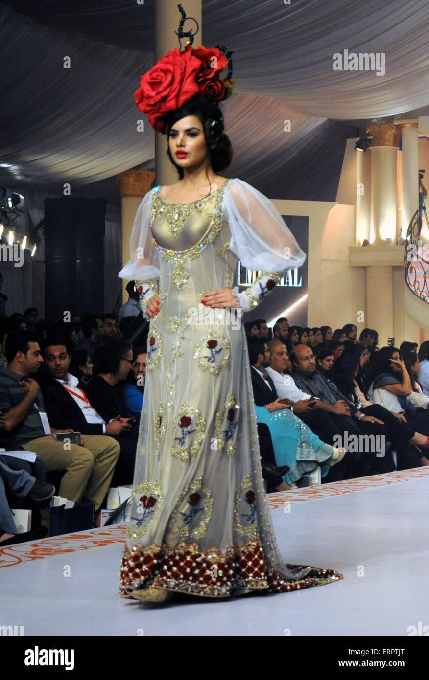 Karachi 6th June 2015 A Model Presents A Creation By Designer Stock Photo Alamy