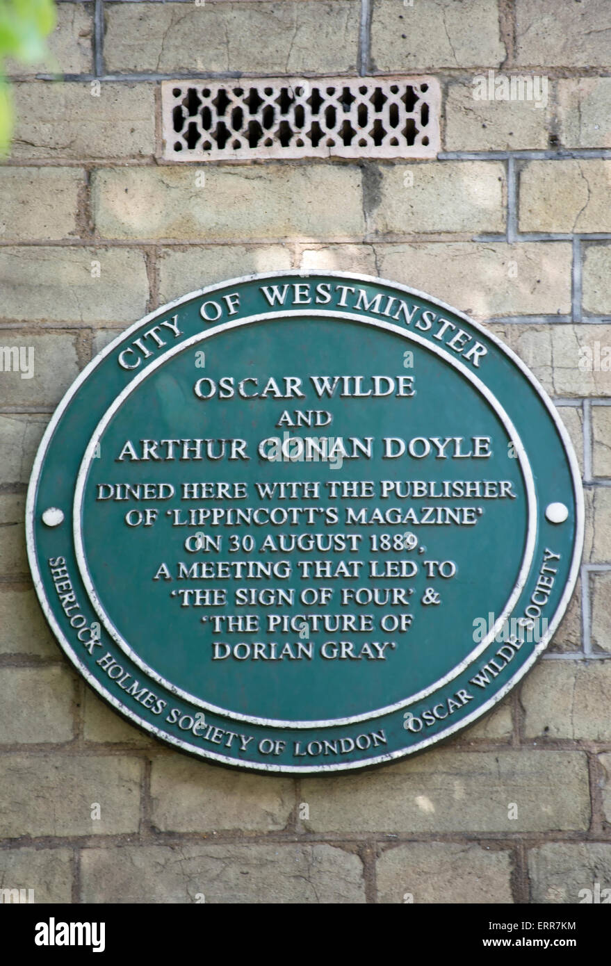 plaque commorating the 1889 meeting of oscar wilde,  sir arthur conan doyle and  the publisher of lippincotts magazine, - Stock Image