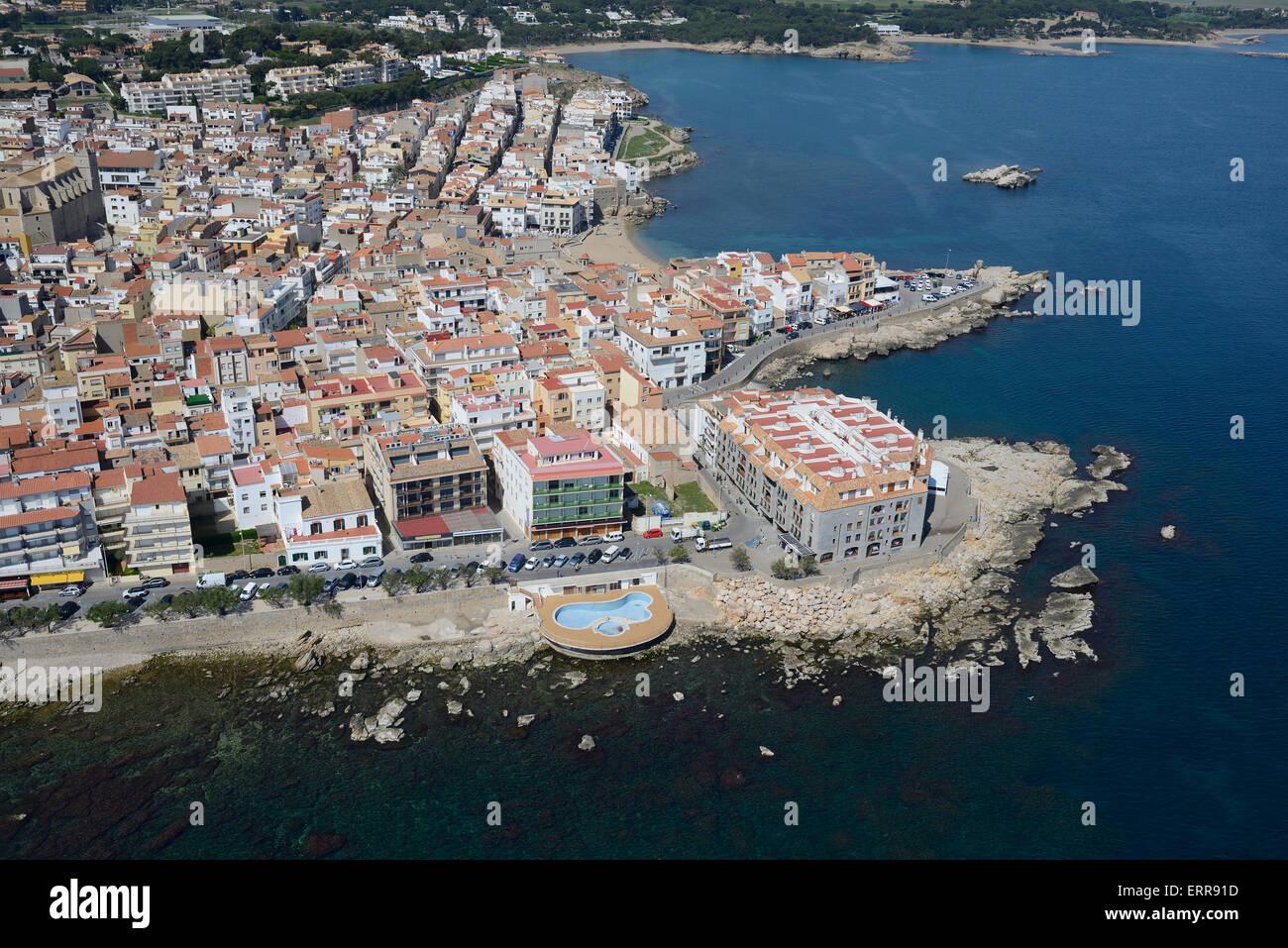 SEASIDE RESORT OF L'ESCALA (aerial view). Costa Brava, Catalonia, Spain. - Stock Image