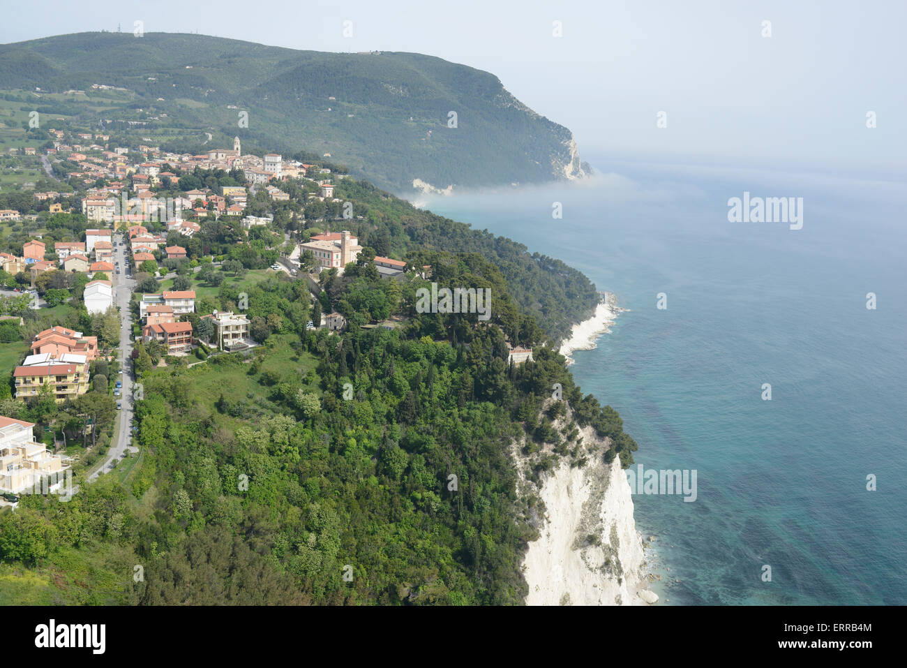 VILLAGE OVERLOOKING THE ADRIATIC SEA (aerial view). Sirolo, Marche, Italy. - Stock Image