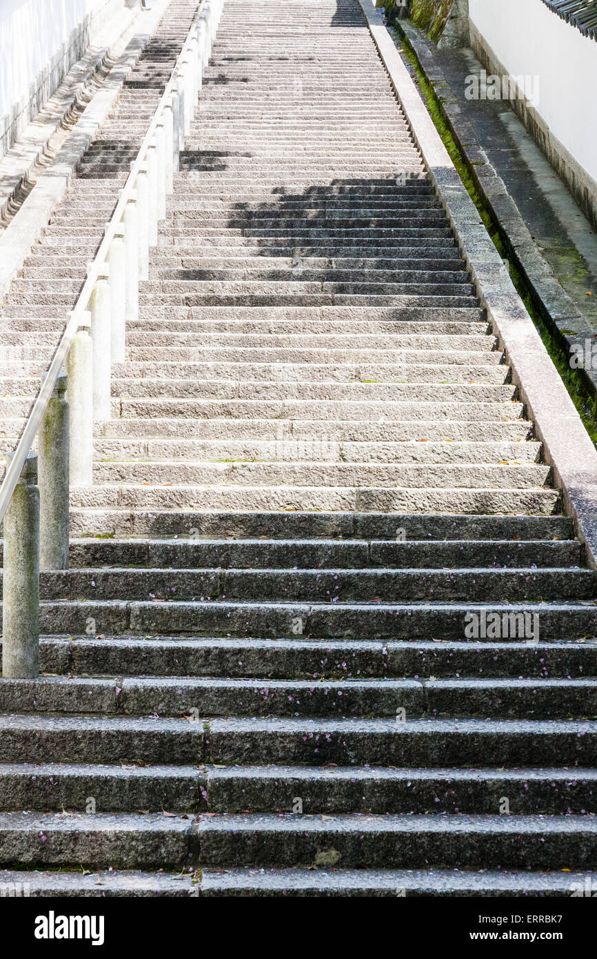 Japan, Kyoto, Chion-in temple, walled wide stone stairs leading up hill to Seishi-do and mausoleum - Stock Image