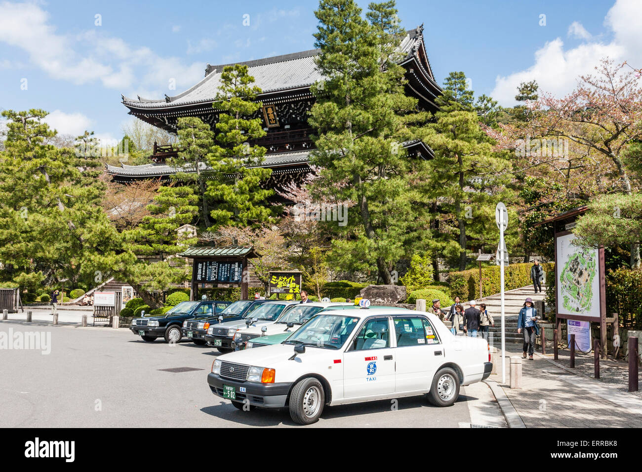 Japan, Kyoto, Chion-in Temple, massive wooden two story gatehouse, San-Mon, with taxi rank in front, tourists. Blue - Stock Image