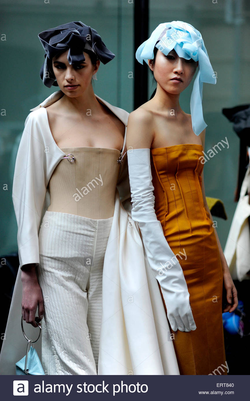 Womenswear models backstage at Central Saint Martins, University Of The Arts, Granary Square. - Stock Image
