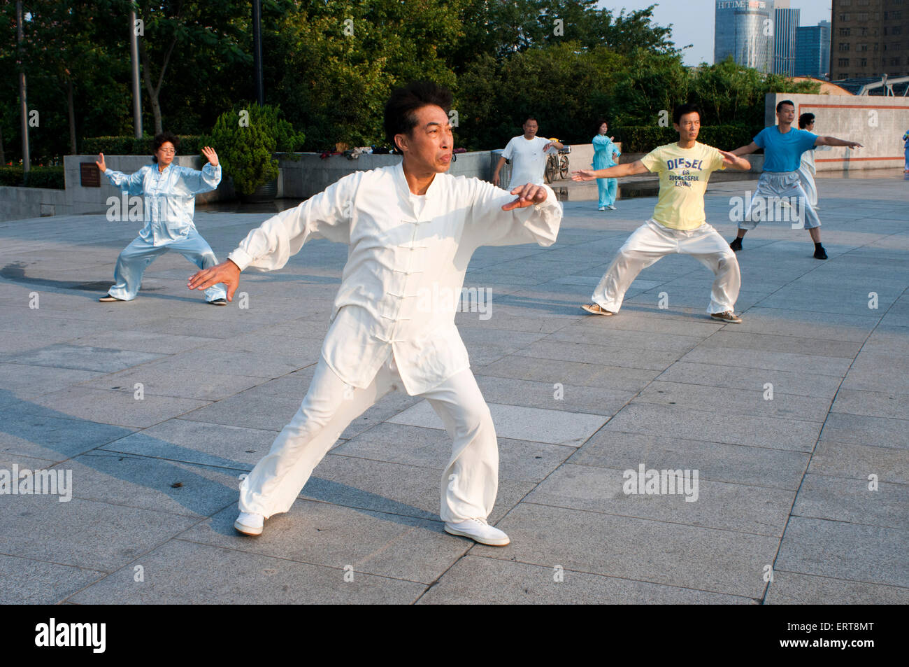 China, Shanghai, morning tai chi exercise on The Bund. Shanghi Bund : Early morning tai chi exercises with swords - Stock Image