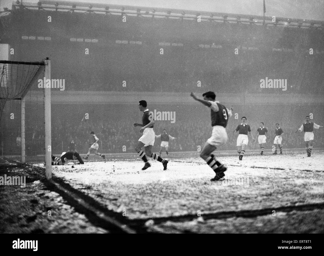 Rain, sleet and fog accompanied the match at Highbury today when the 'Gunners' beat Chelsea 2 - 0, Division - Stock Image