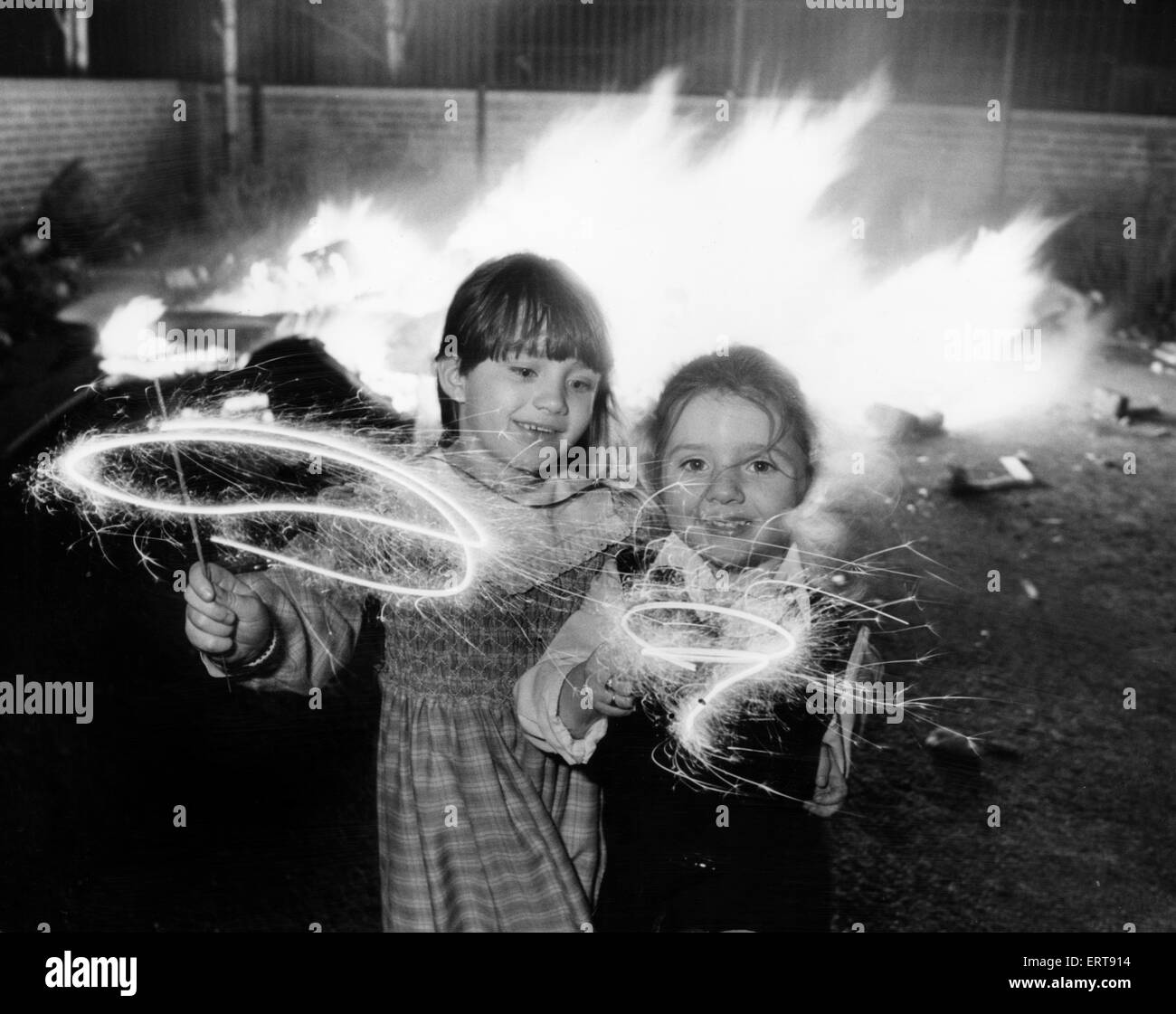 Clare aged 6 and Lindsay Gerard aged four (right) enjoying their sparklers at an impromptu bonfire party in Kensington, - Stock Image