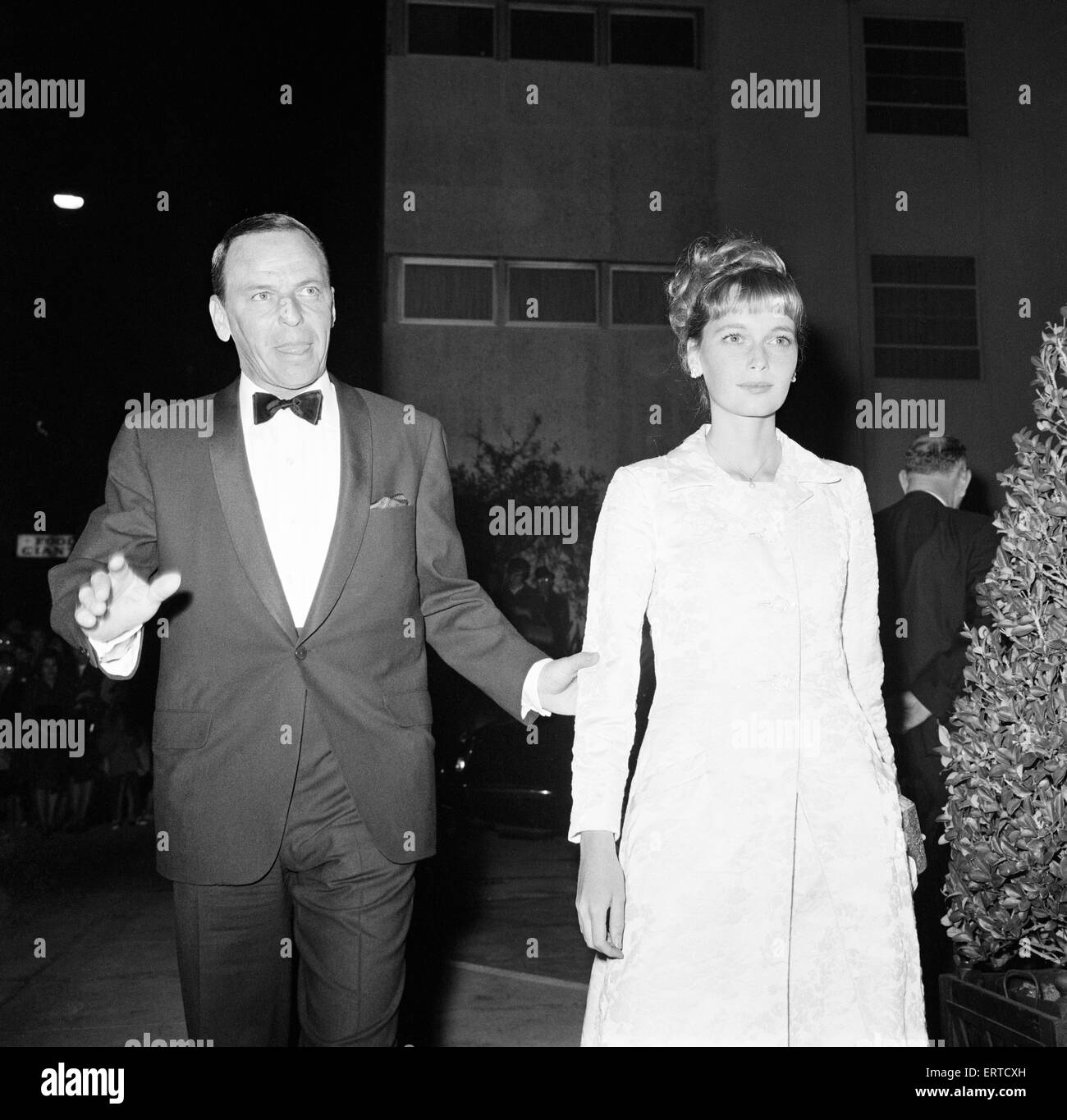 Frank Sinatra and Mia Farrow attend celebrity dinner party for guests of honour, Princess Margaret and the Earl - Stock Image