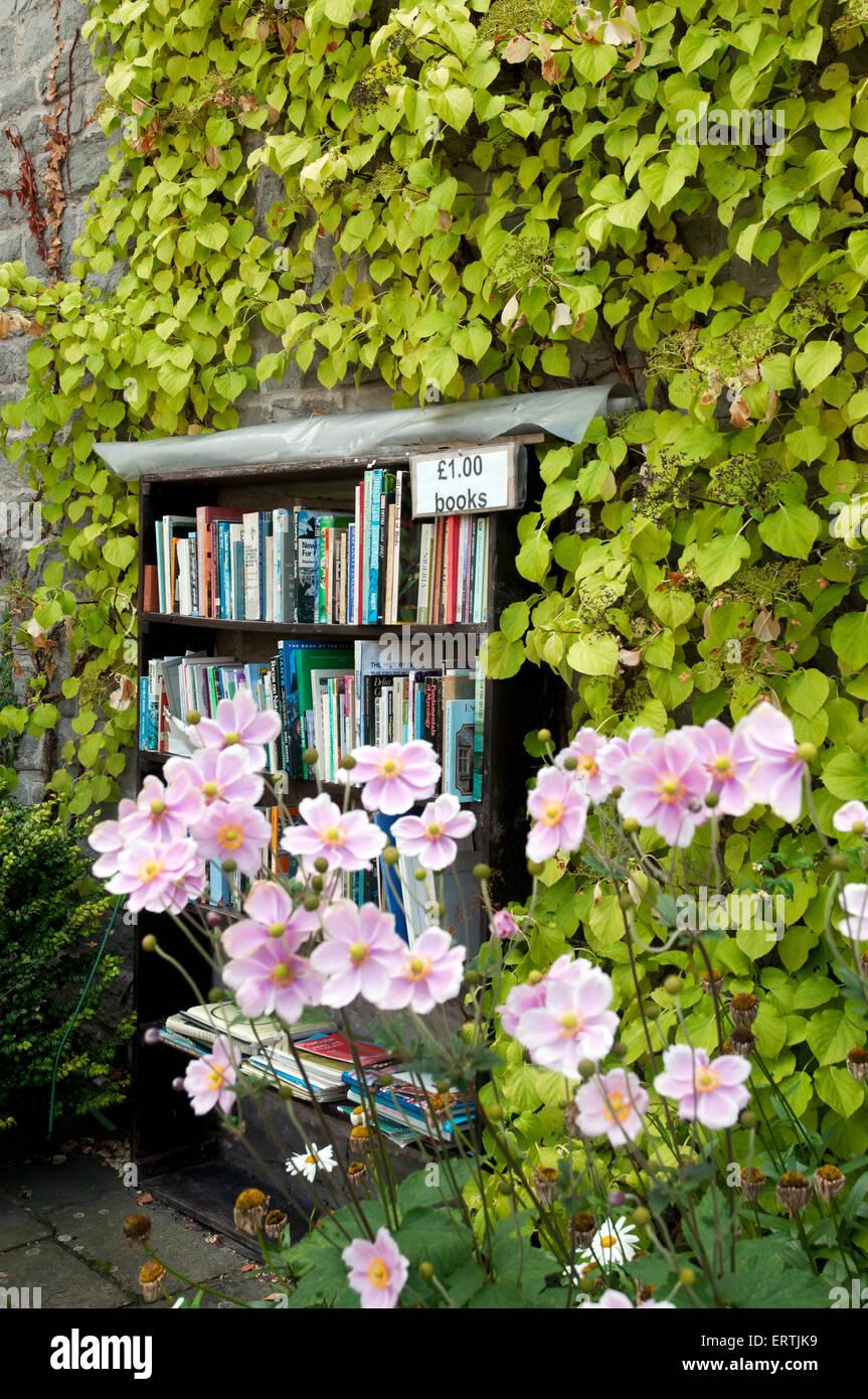 Second hand bookshelf in Hay-on-Wye Wales UK Europe - Stock Image