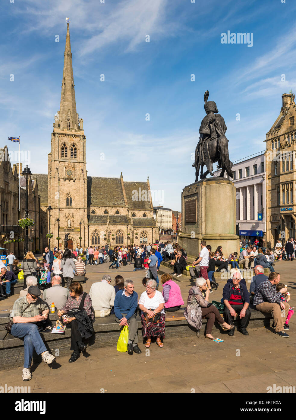 Durham - The Market Place and church of St Nicholas in Durham city center, England, UK, crowded with people shopping - Stock Image