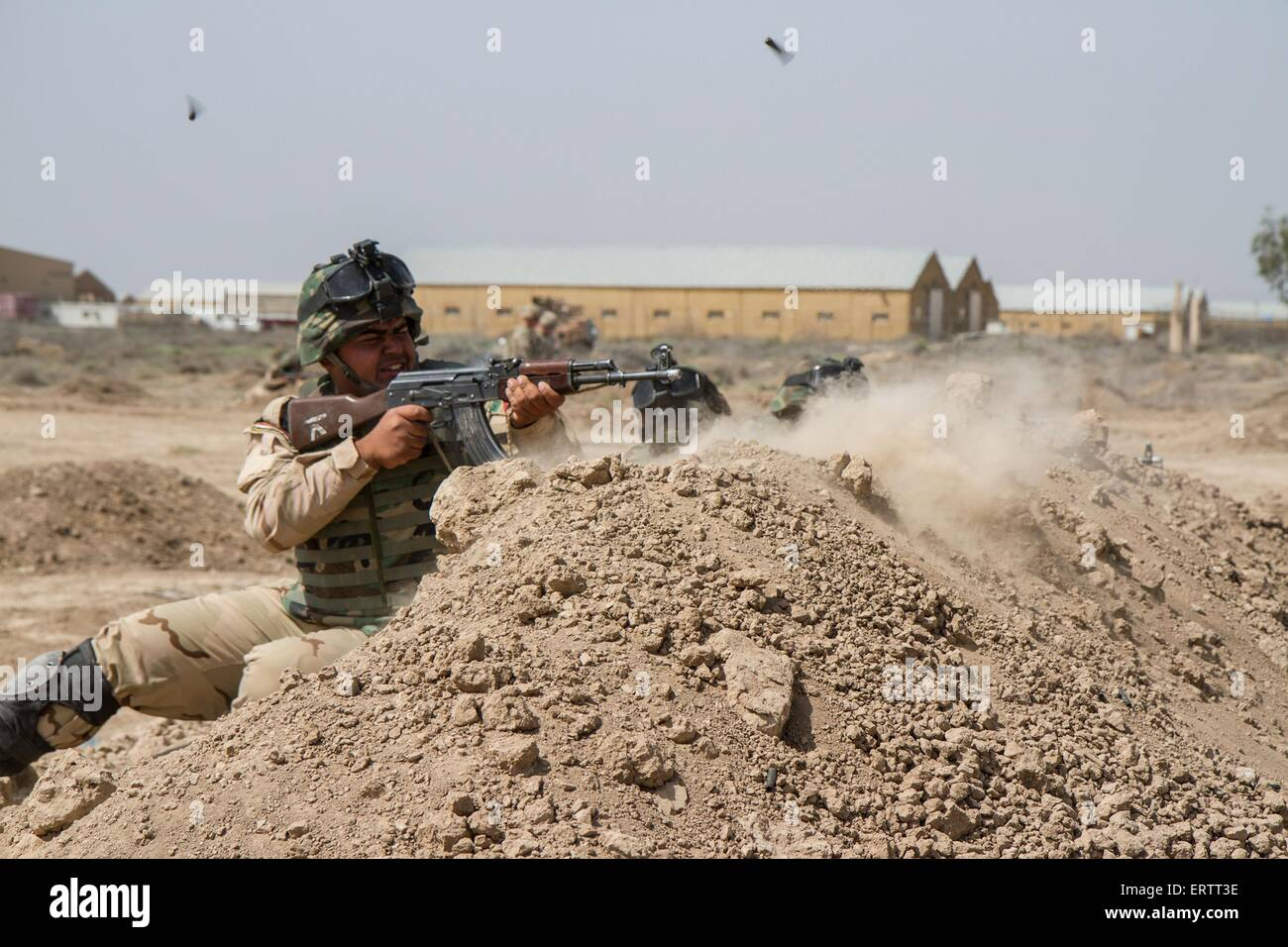 Iraqi army soldiers practice combat techniques during training at Camp Taji outside Baghdad April 16, 2015 in Al - Stock Image
