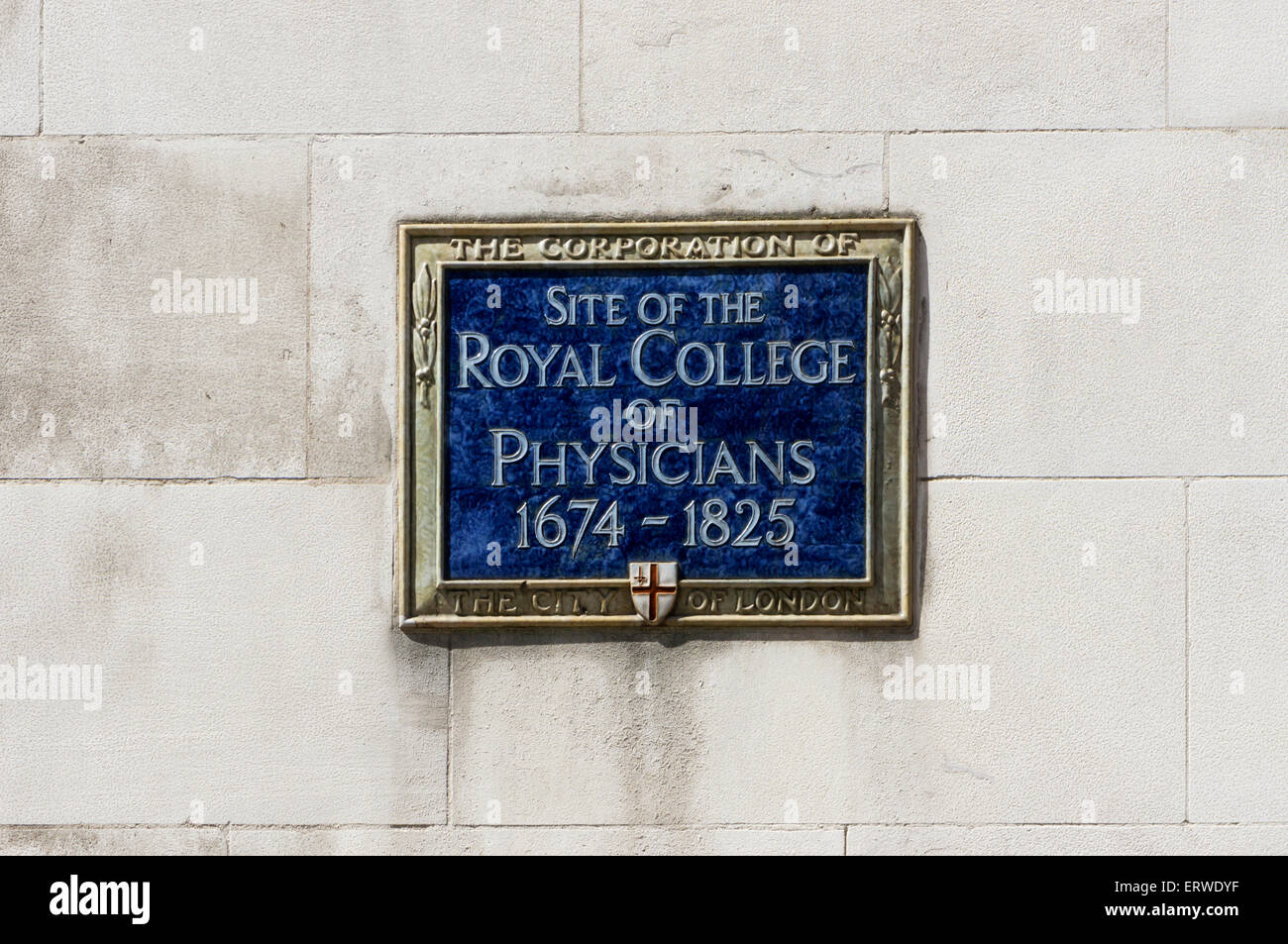 A plaque marks the site of the Royal College of Physicians in Warwick Lane, London. - Stock Image