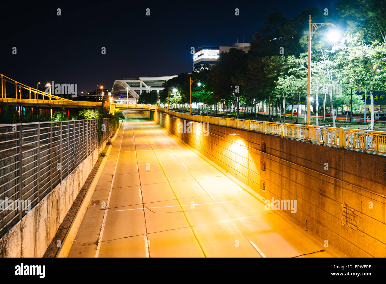 View of Fort Duquesne Boulevard at night, in Pittsburgh, Pennsylvania. - Stock Image