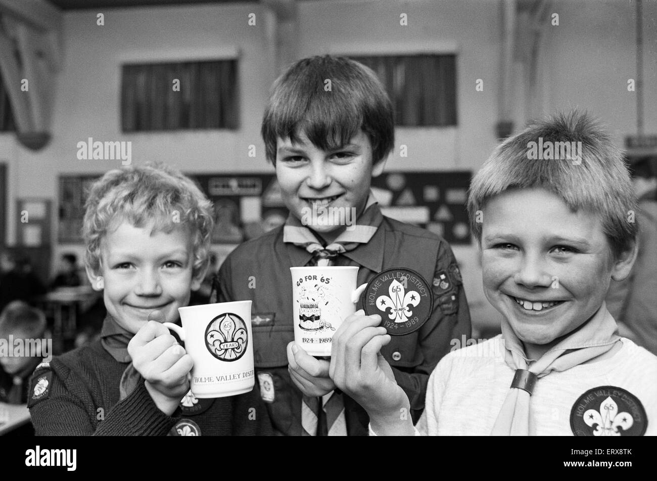 Holme Valley Cubs with commemorative mugs celebrating 65 years of scouting in the Holme Valley,  28th January 1989. - Stock Image