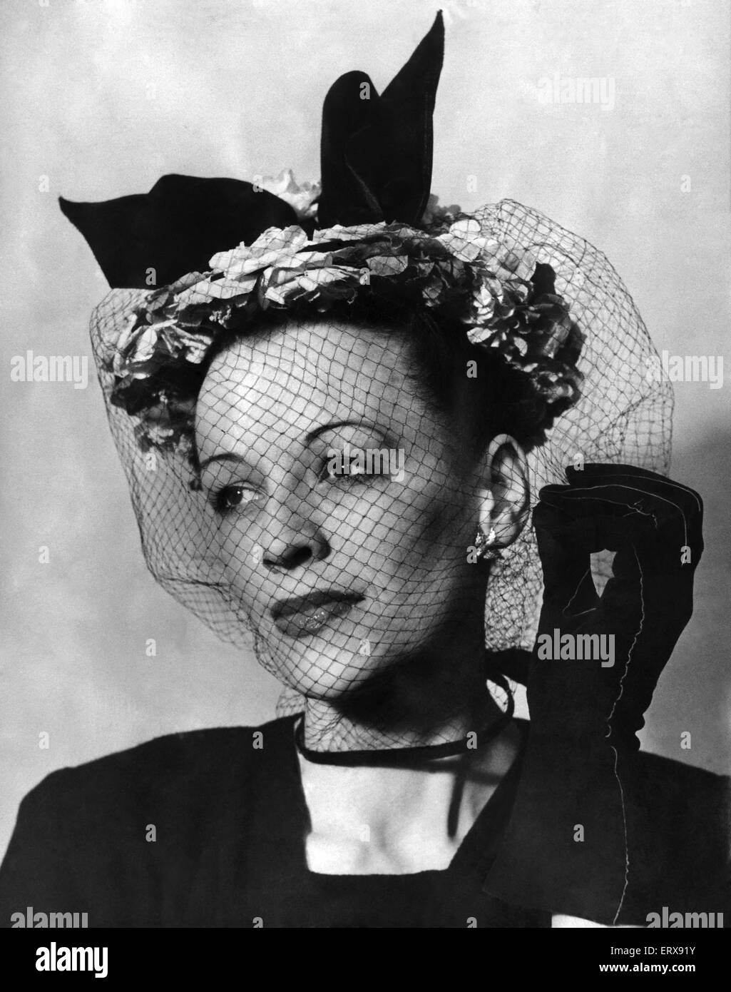 Clothing Women Hats: Another angle of the period sailor in massed Alexander roses, designed by Aage Thaarup of London, - Stock Image