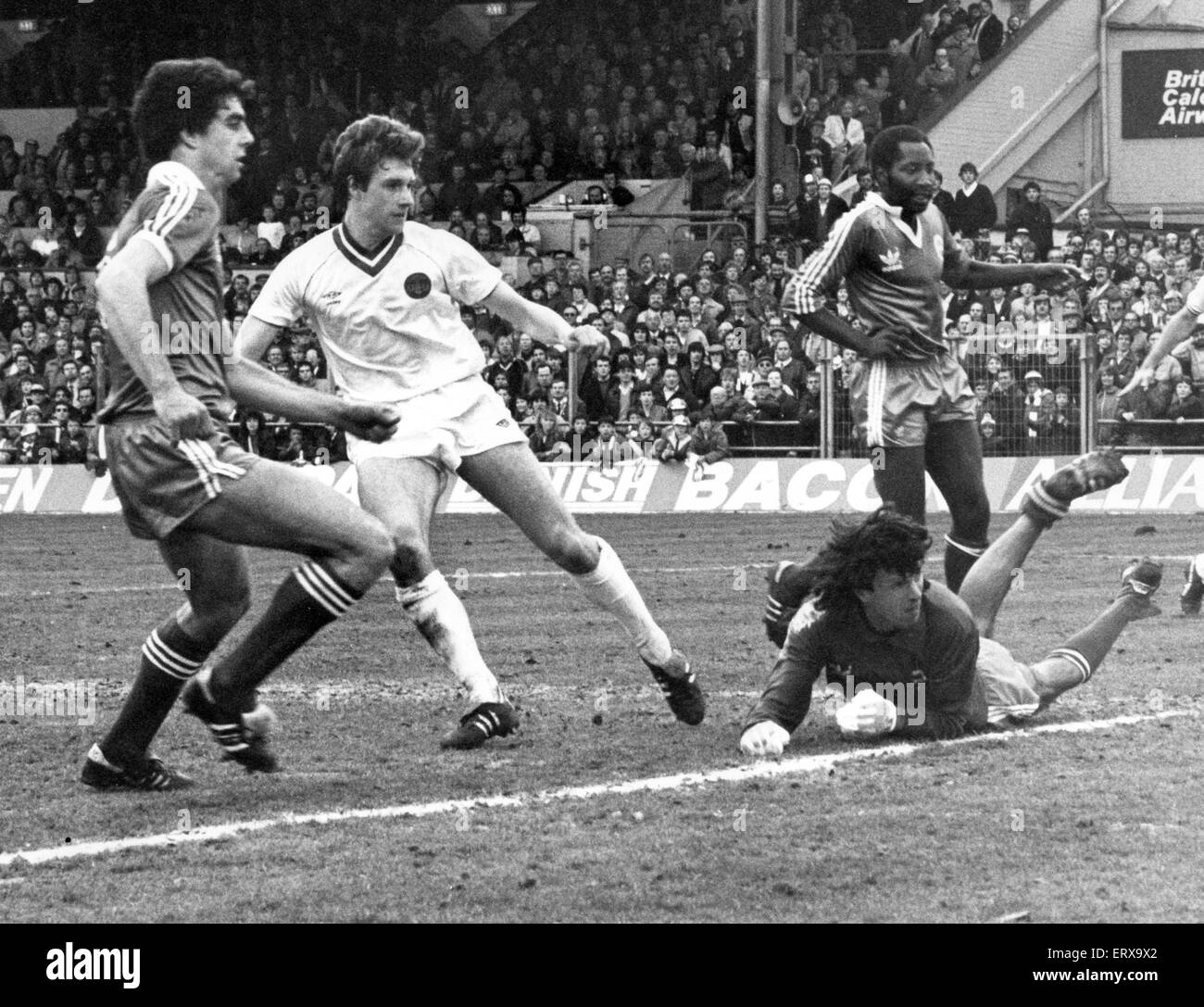 Everton footballer Kevin Sheedy score past Brighton goalkeeper Graham Mosely to give his sie a 1-2 victory in the - Stock Image