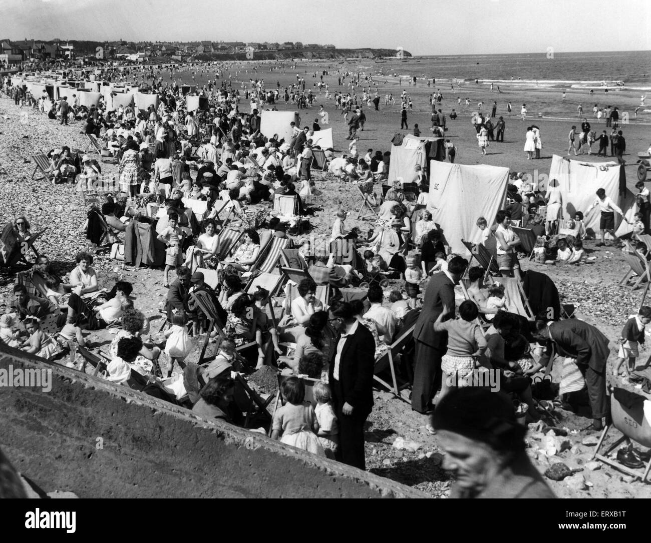 Holidaymakers on Saltburn Beach. 31st May 1960. - Stock Image