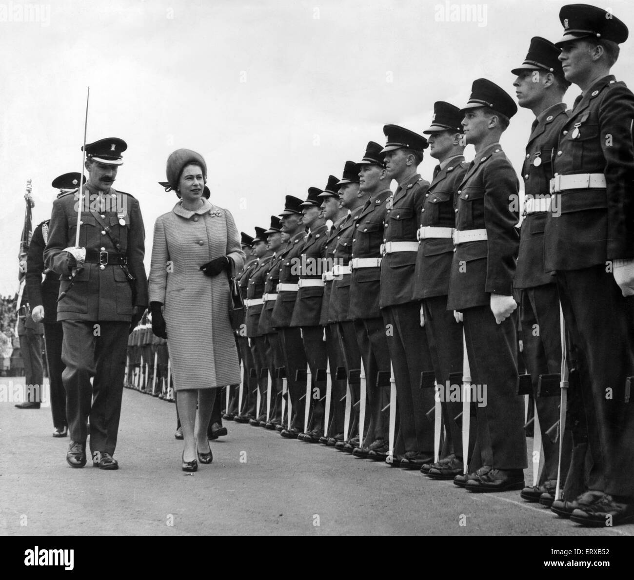 The Queen , accompanied by Major M Pim, inspects the Guard of Honour of the 1st Battalion of the South Wales Borderers - Stock Image