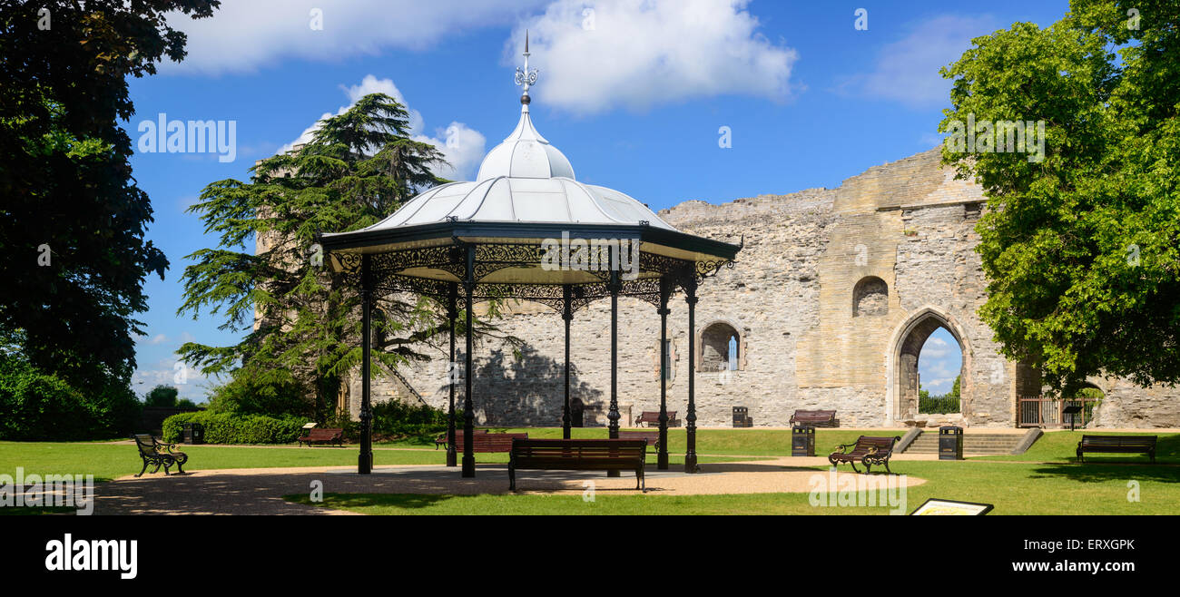 Newark Castle wall, grounds (interior) and the bandstand. - Stock Image