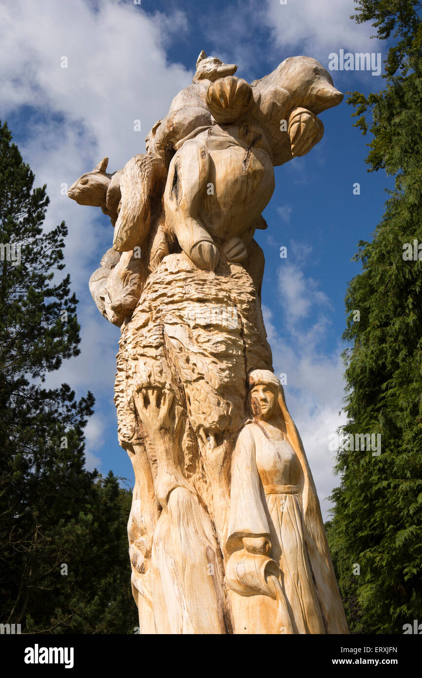 UK, England, Derbyshire, Buxton, Pavilion Gardens, Chainsaw carving by sculptor Andrew Frost in old beech tree - Stock Image